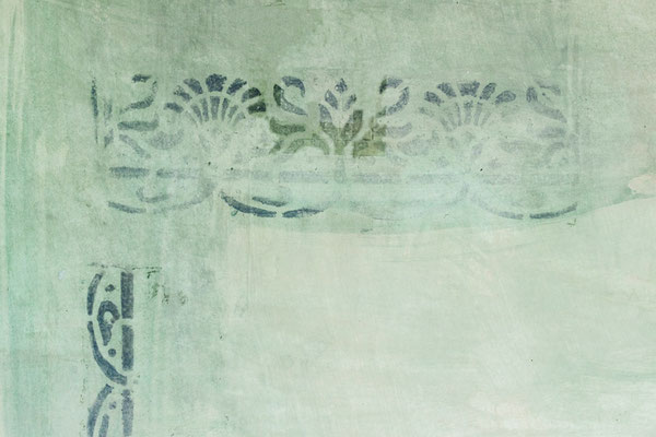 Mit Schablonen, die wir selber herstellen, und einer speziellen Maltechnik wird das Ornament in kurzer Zeit an die Wand gemalt