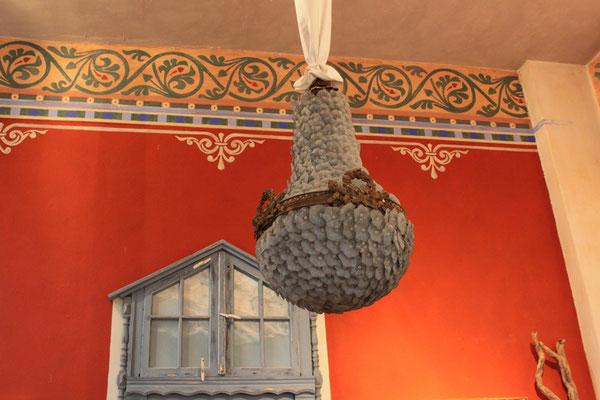 Gemalte Ornamente an Wänden sind eine schöne Dekorationtechnik