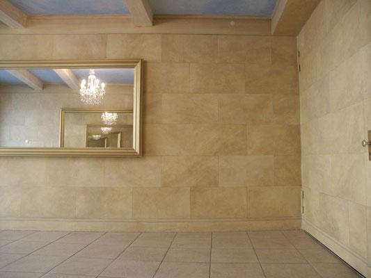 Durch eine Bemalung der Wände mit Sandstein, wird in diesem Eingangsbereich einer Schule Atmosphäre und Charakter geschaffen