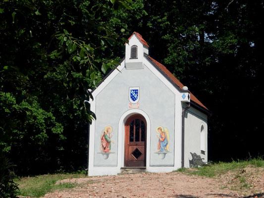 Die Bayerische Waldkapelle wird nun von zwei Engeln bewacht