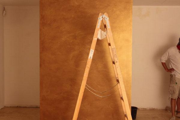 Gestaltung einer Goldwand bei Trachten Angermaier