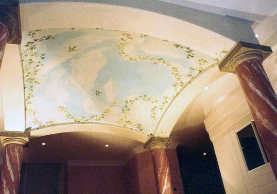 Die Himmelsmalerei an der gewölbten Decke wurde in zarten Lasuren in hellen Blautönen gemalt