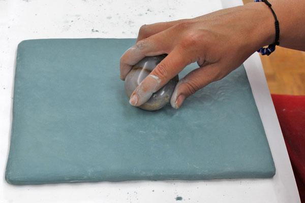 Der Glanz und die wasserabweisende Oberfläche ensteht durch das Polieren mit einem Polierstein