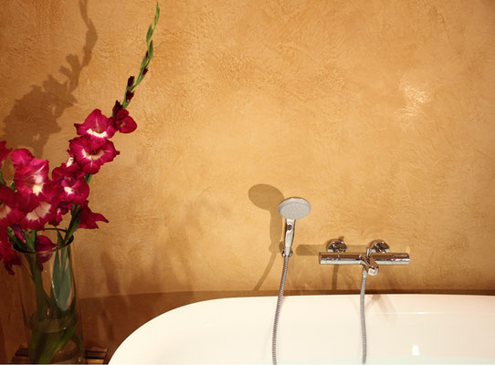 Tadelakt eignet sich auch gut für die Wandgestaltung von Bädern. Die Oberfläche ist wasserabweisend und diffusionsoffen