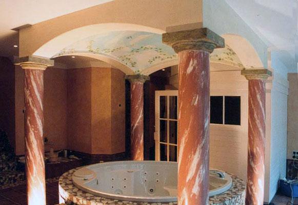 Marmorierte Säulen in einem Wellnesbereich um den Whirlepool herum