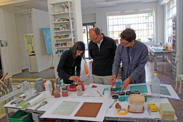 Die Farbtöne werden in Teamarbeit mit Pigmenten angemischt. Dabei werden die Lehren aus der Farbtheorie zu Hilfe genommen