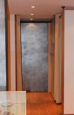 Silberne Wand vom Studio Alina Cesár