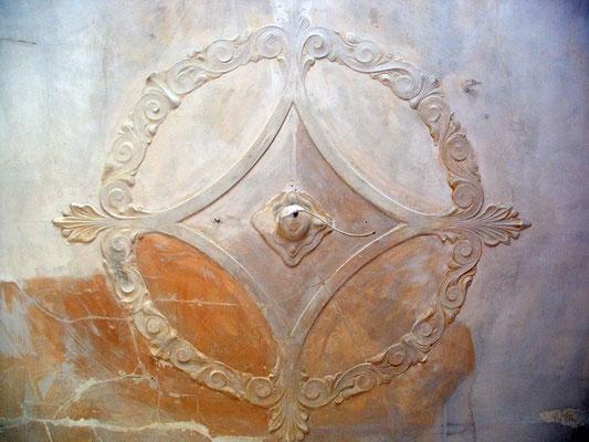 Wiederherstellung einer beschädigten Stuckrosette aus dem Jugendstil - Restaurierung
