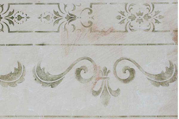 Hier wurde die Wand sehr dezent schabloniert, um die Wirkung von einem antiken, verwitterten Fries zu erhalten