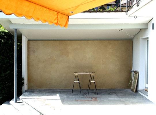 Die Bemalung von Wänden in Gold ist auch für Fassaden geeignet, wie diese goldene Terassenwand.