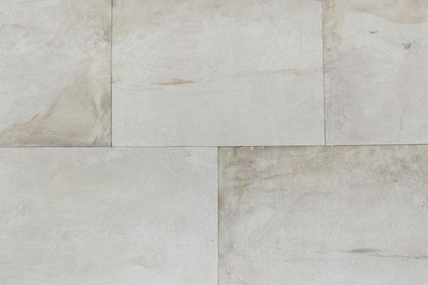 Solch eine gemalte Kalksteinwand mit Quadern entsteht Schritt für Schritt mit Lasuren aus Erdpigmenten