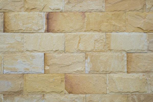 Bei dieser gemalten Steinmauer mit Fugen kamen die Maltechniken Frottage, Schwammtupfen und Schlichten zum Einsatz