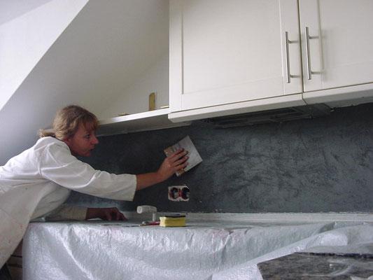 Hier verputzen wir den Fliesenspiegel über einer Küchenarbeitsfläche mit Tadelakt