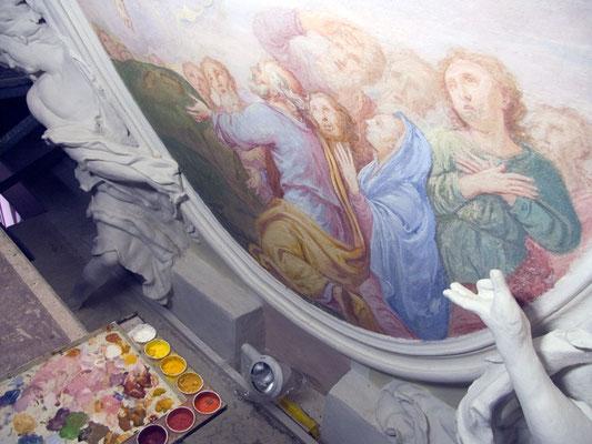 Mit Pigmenten und Kalksinterwasser werden die Fresken restauriert