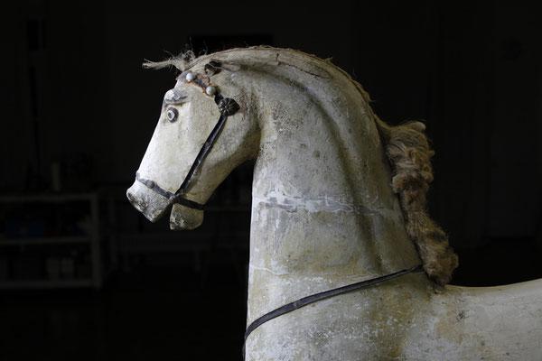 Das alte Schaukelpferd von 1840 aus Familienbesitz kam stark beschädigt in unsere Restaurationswerkstatt