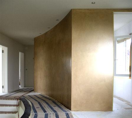 Eine goldene Wand mit Goldpigmenten glänzt edel und strahlt Wärme aus