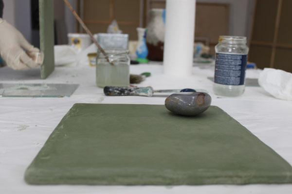 Der angerührte Tadelakt wird auf eine Musterplatte aufgetragen und geglättet