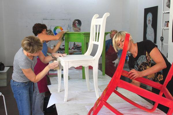 Wir unterstützen Sie, und leiten Sie Schritt für Schritt an. Am Ende des Tages können Sie ein neu gefasstes Möbelstück stolz nach Hause tragen und sind um viele Erfahrungen reicher.