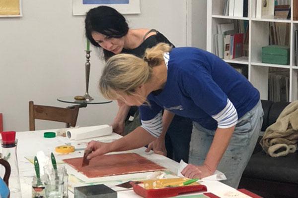 Eva Kunze zeigt einer Teilnehmerin das Verpressen von Stucco Lustro