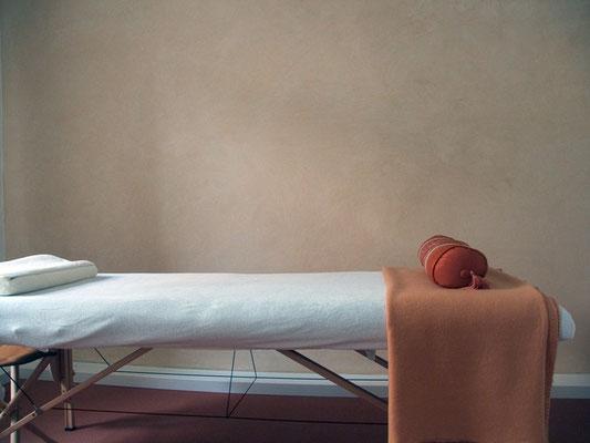 Tadelakt hat eine sehr natürliche Anmutung und ist deshalb auch bestens für Wände in Massagepraxen geeignet