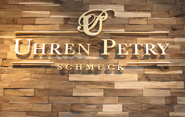 Vergoldetes Firmenlogo von Uhren Petry in Planegg