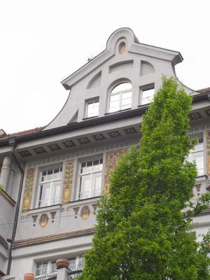 Auffrischung einer Fassadenmalerei an einem Jugendstilhaus