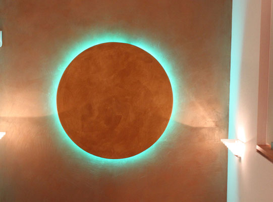 Golden Aralampe auf golderner Wand. Weiter Lampen finden Sie unnter Goldlampen