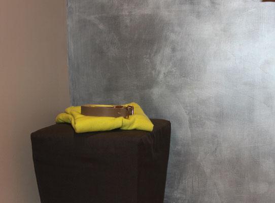 Metallisch glänzende Wände zur Raumgestaltung