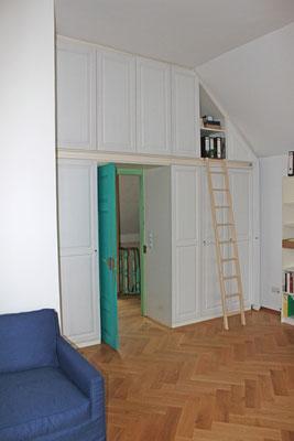Ein großer Einbauschrank in einer Villa wurde farblich neu gestaltet.