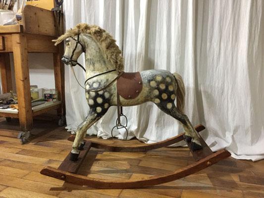 Mit neuen Kufen ausgestattet, kann es nun wieder als Spielzeug benutzt werden, es bleibt aber ein antikes Einzelstück