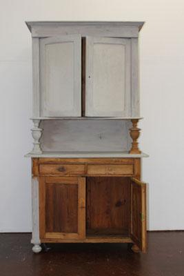 Ein Holzschrank soll im Landhausstil gestrichen werden