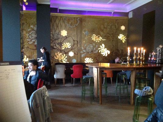 Wandgestaltung mit Gold und floralen Elementen in einem Restaurant