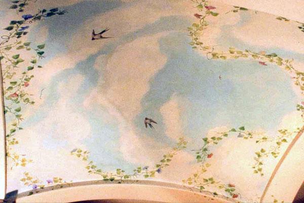 Vögel und Pflanzen runden die Deckenmalerei ab und lassen den sommerlichen Himmel zu einem malerischen Raumerlebnis werden