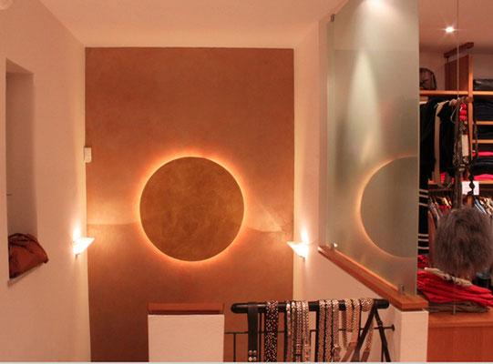 Goldlampe mit LED Licht auf einer gold gestalteten Wand