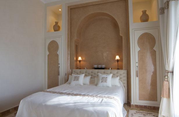 Wandgestaltung mit Tadelakt in einem Schlafzimmer