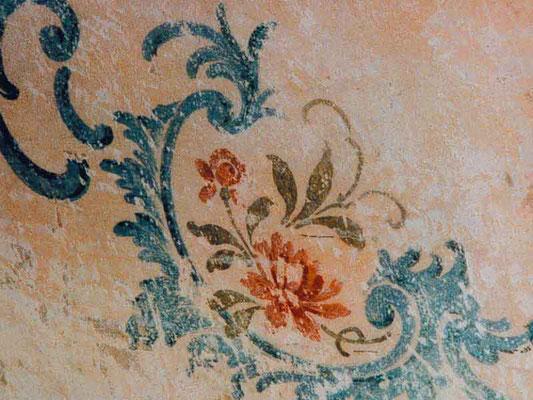 Detail aus einem Jugendstiltreppenhaus, ein florales Element was wieder aufgefrischt wurde, ohne es tot zu malen