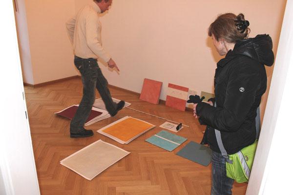 Farbberatung vor Ort. Auswahl von Farbtönen mit der Kundin