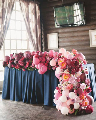 Разнокалиберная гирлянда с цветами на стол  прокат 1200 р.  за 1 метр.