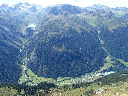 Ausblick vom Gipfel. Vermuntstausee, Hochalpenstraße und unser kleines Dörfchen. Sogar unser Haus ist zu sehen
