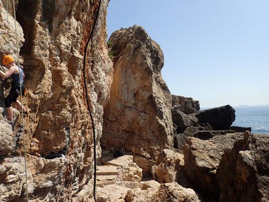 Klettern direkt an der Küste von Cascais