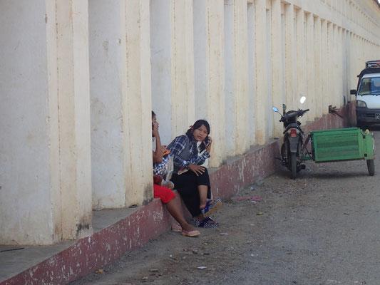Normale Jungendliche, die beim Eingang zu Tempel abhängen