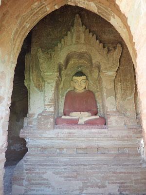 Noch mal die Meditationsgeste, diesmal mit geöffneten Augen