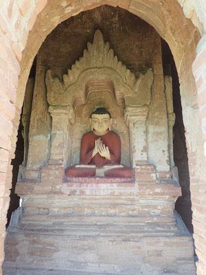 Dharmachakra Mudra, die Prediger Geste. Beide Hände werden vor die Brust gehalten.