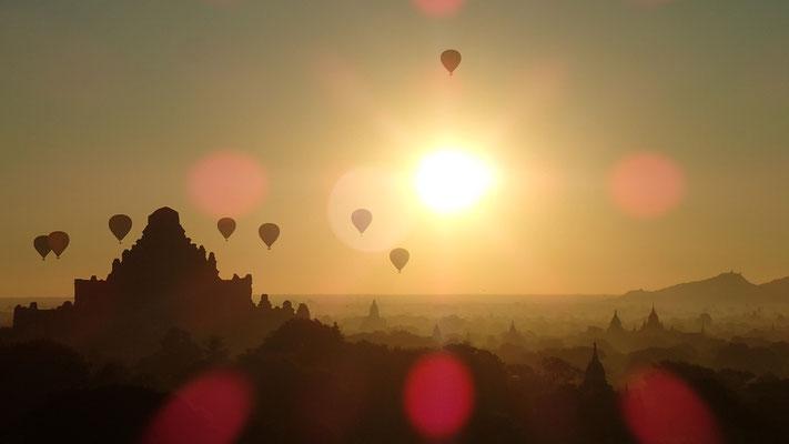 Sonnenaufgang mit den typischen Balloons