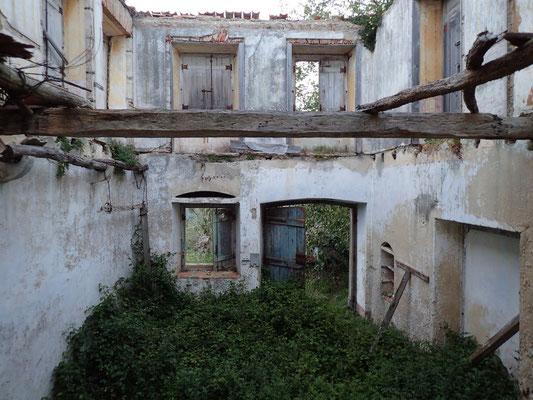 vorbei an Ruinen