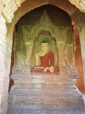 Abhaya Mudra, die Geste der Zuversicht und Sicherheit – eine Handhaltung, welche Furcht abwehrt und dem Anbetenden göttlichen Schutz und Glückseligkeit zuteilwerden lässt.