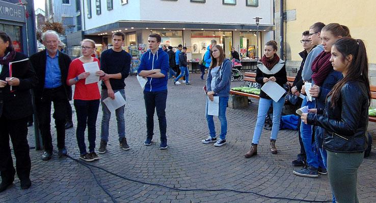Schülerinnen und Schüler verlasen Kurzbiographien Nürtinger NS-Opfer, Foto: A. Bogdan.