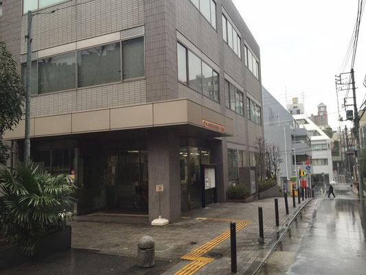 建物ビル正面入口、会場は2階へ