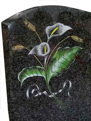Fleurs gravées sur monument funéraire