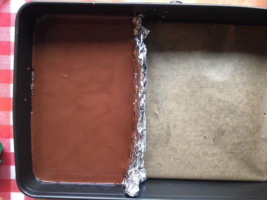 Die Schokolade drüber gießen und jetzt fest werden lassen.